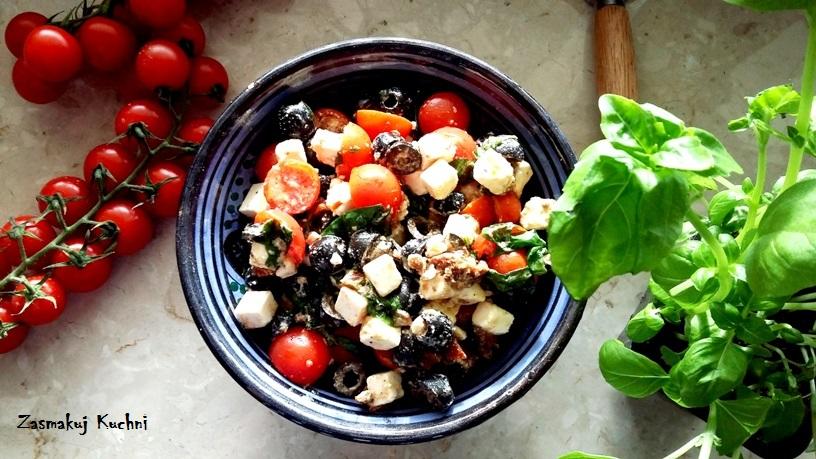Sałatka z sera, pomidorów i liści bazylii