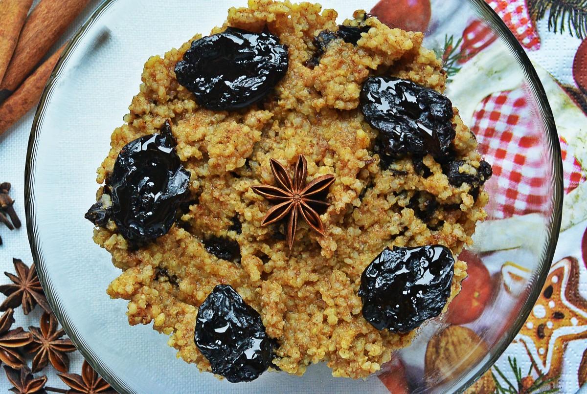 Wigilijna kasza jaglana z suszonymi śliwkami i miodowo-korzennym aromatem