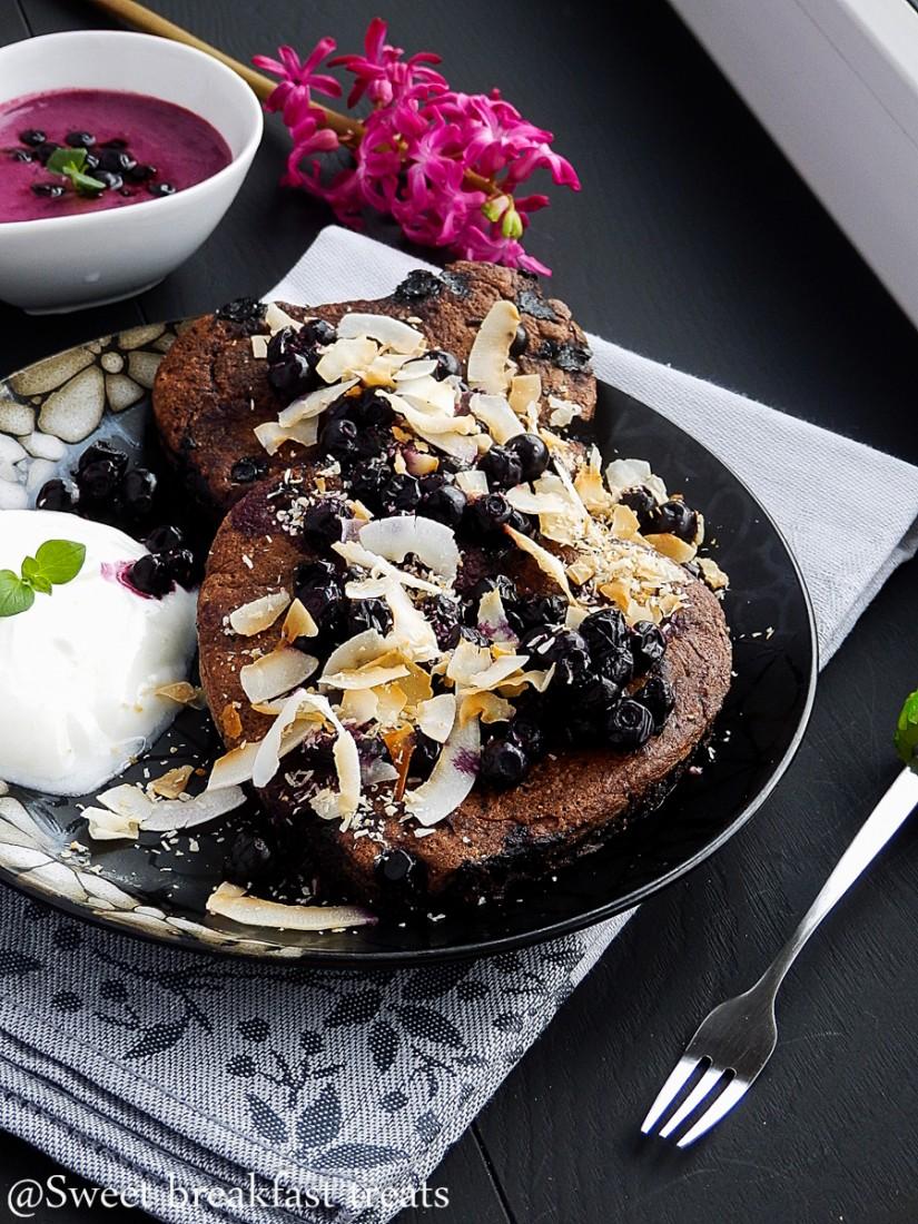 Podwójnie czekoladowe pancakes z jagodami