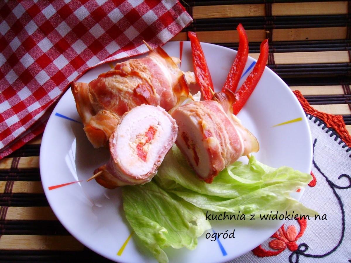 Roladki z piersi kurczaka z fetą i papryką zawijane w boczku.