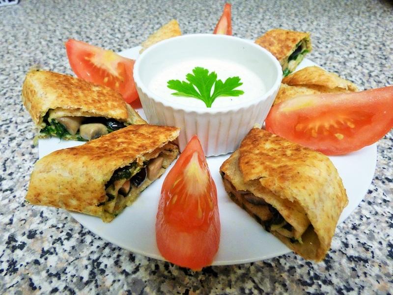Roladki ze szpinakiem i pieczarkami podane z sosem czosnkowym