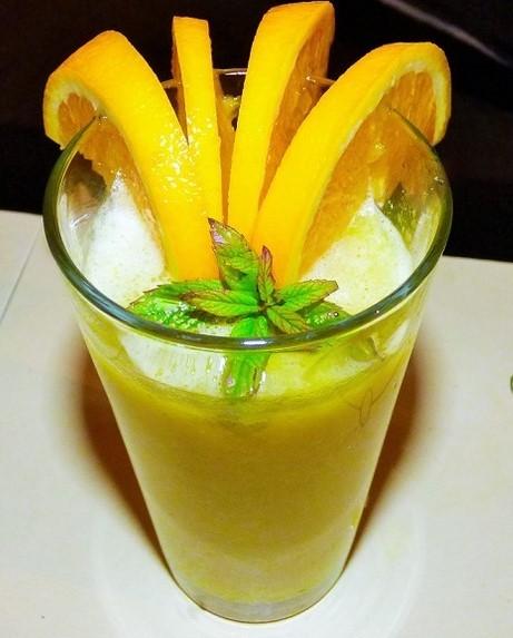 Smoothie z pomarańczy z bananem i awokado