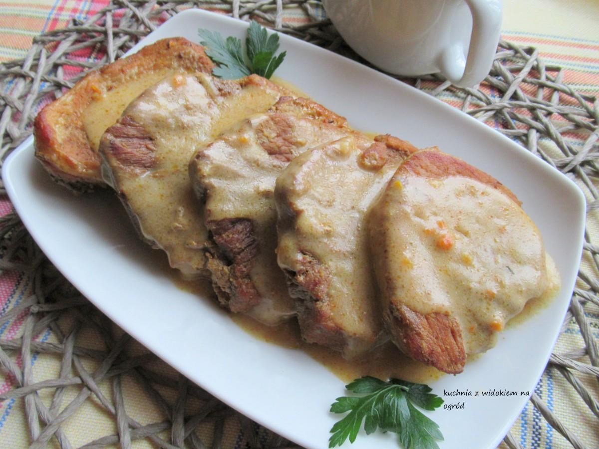 Pieczeń z szynki wieprzowej w gęstym sosie.