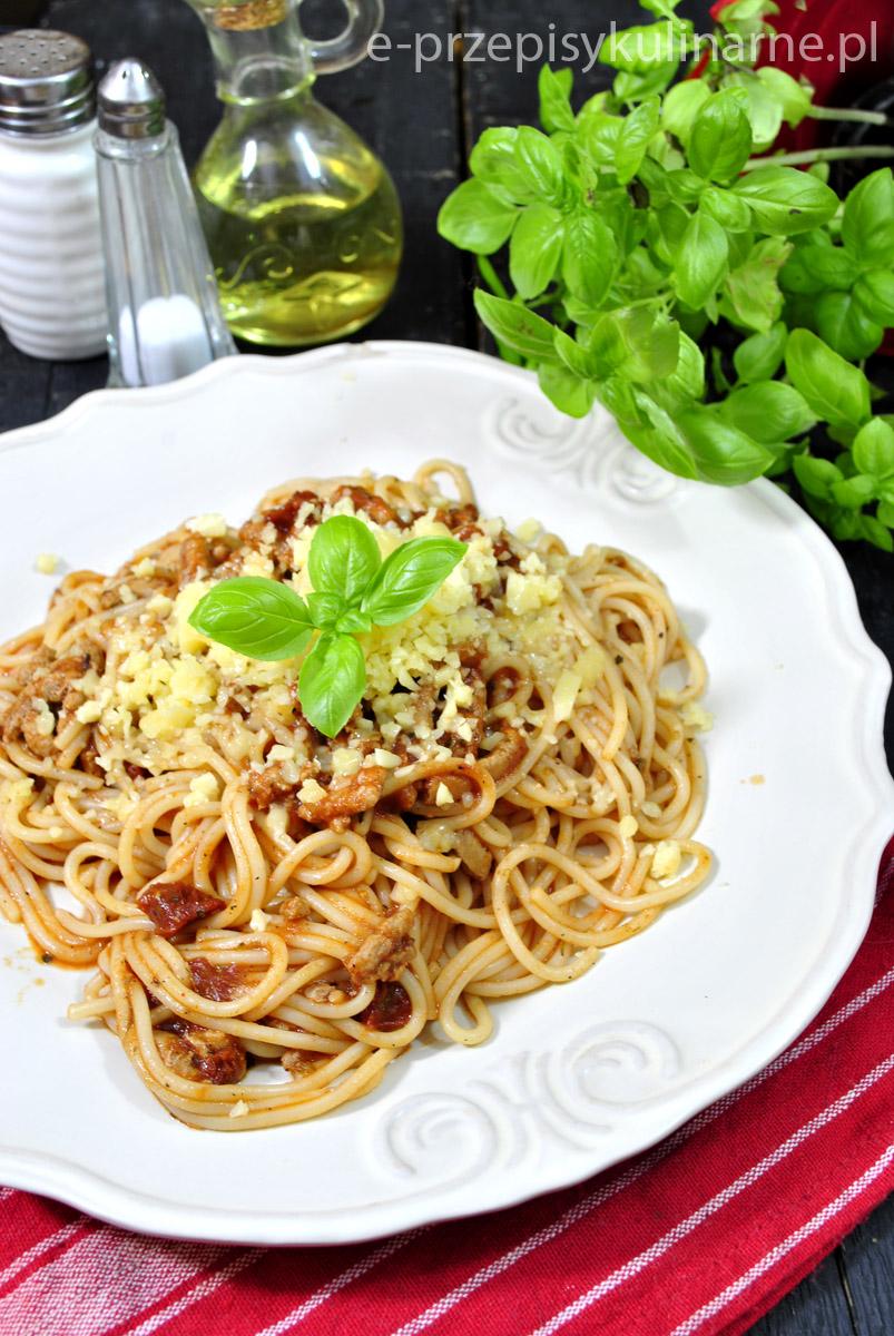 Spaghetti z sosem pomidorowym i mięsem mielonym