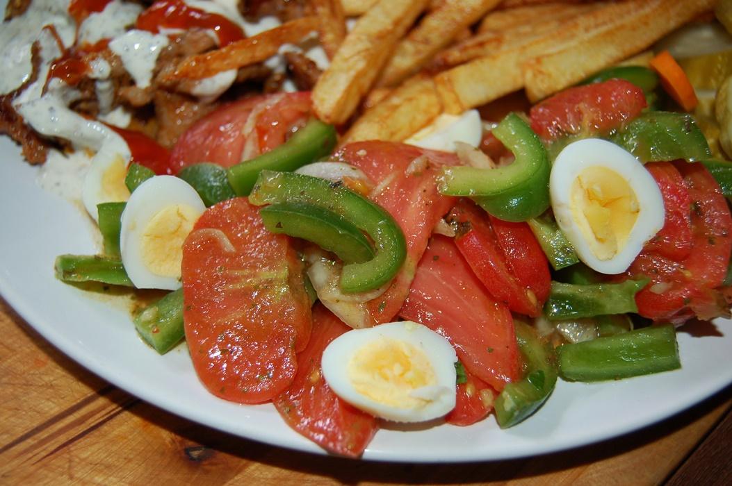 Niecodzienna sałatka z przepiórczymi jajkami