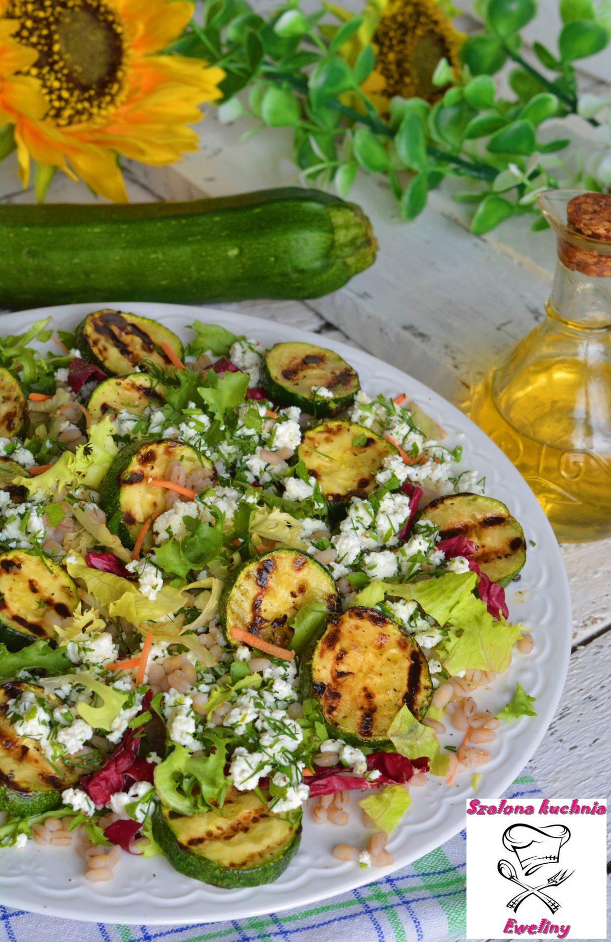 Sałatka z grillowaną cukinią, ziołowym twarogiem i kaszą pęczak
