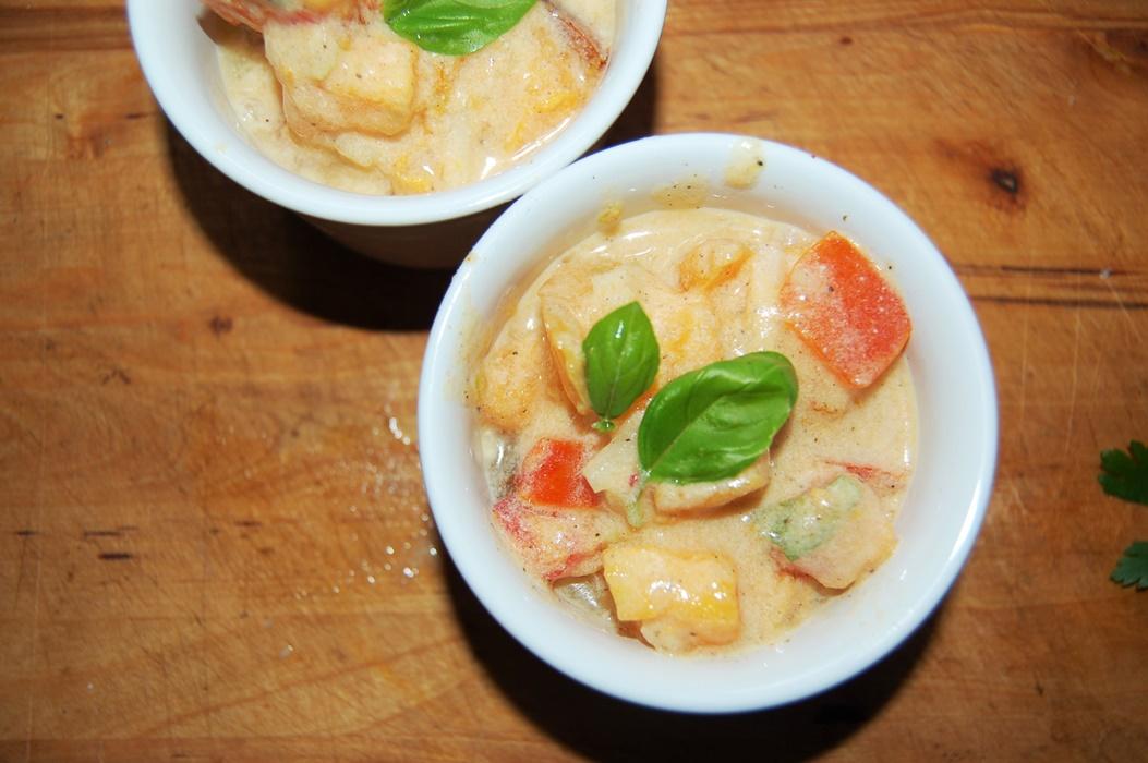 Sałatka z pomidorów , czosnku i bazylii z jogurtem