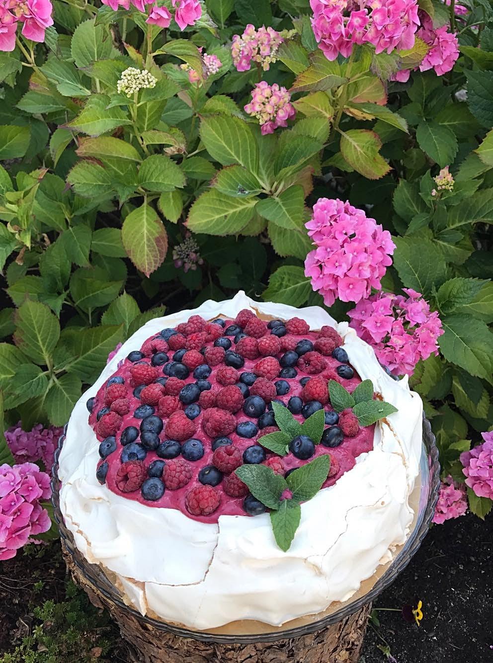 Pavlova z kremem borówkowym i curdem z owoców leśnych