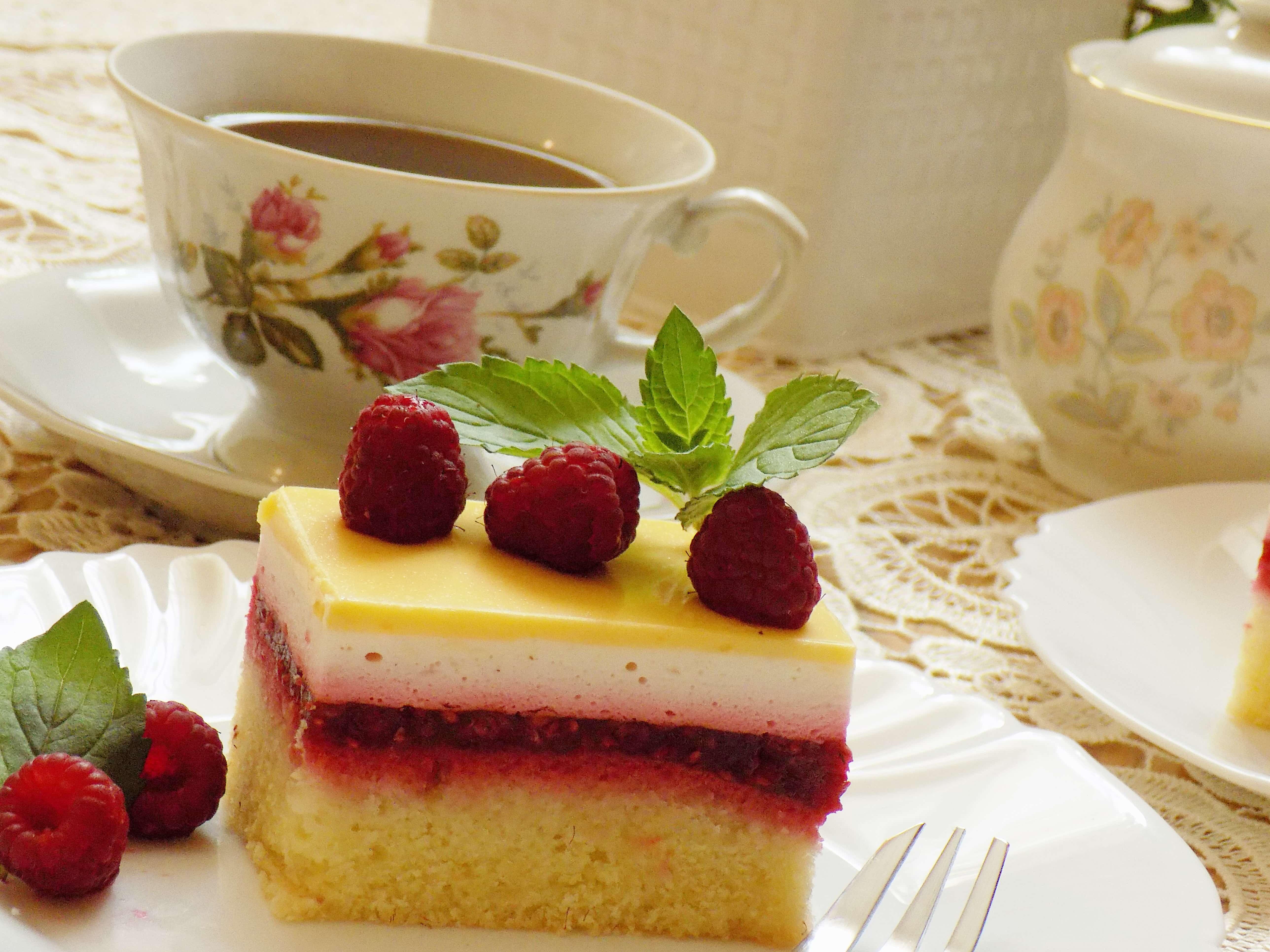 Ciasto malinowe z polewą ajerkoniakową