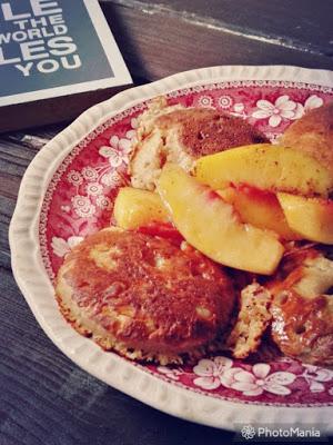 Cynamonowy crumpet z brzoskwiniami