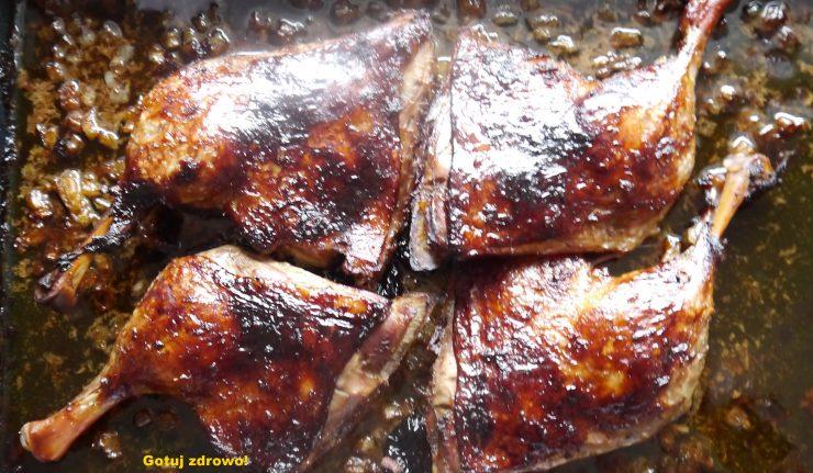 Pieczone kacze uda i sos z wędzonych śliwek