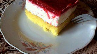 Ciasto z bitą śmietaną i musem malinowym