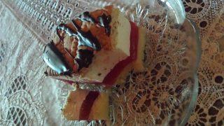 Ciasto z bitą śmietaną i malinami w galaretce