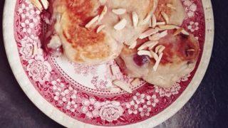 Migdałowe racuchy z wiśniami
