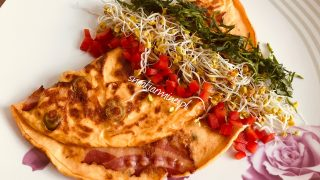 Omlet twarogowy z boczkiem i oliwkami