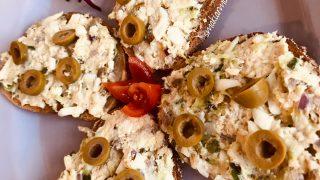 Pasta z makreli z oliwkami i serem żółtym