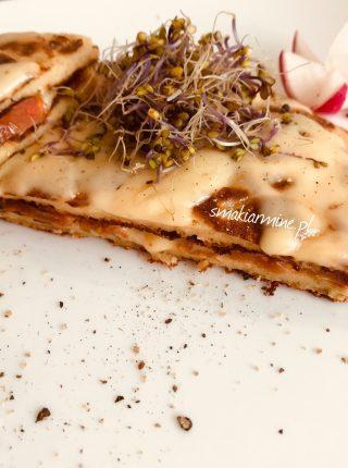Placek twarogowy z serem i pomidorem
