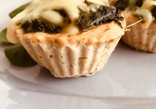 Muffiny drobiowe ze szpinakiem zapieczone z serem