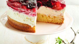 ciasto z białą czekoladą, bitą śmietaną i galaretką
