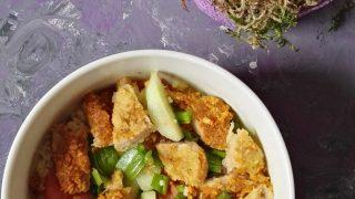 Obiadowa sałatka Obiadowa sałatka z sojowymi schabowymi.z sojowymi schabowymi.