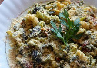 Makaron z czosnkiem niedźwiedzim, oliwkami i suszonymi pomidorami
