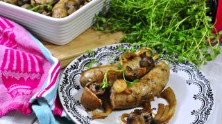 Biała kiełbasa zapiekana z cebulą i pieczarkami