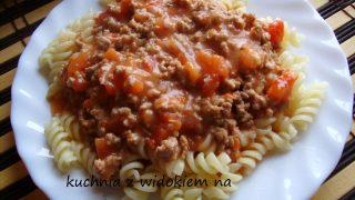 Przepis na Makaron z gęstym sosem mięsno - pomidorowym.