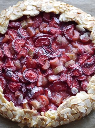Rustykalna tarta z truskawkami i rabarbarem