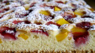 Kokosowe ciasto z truskawkami i mango