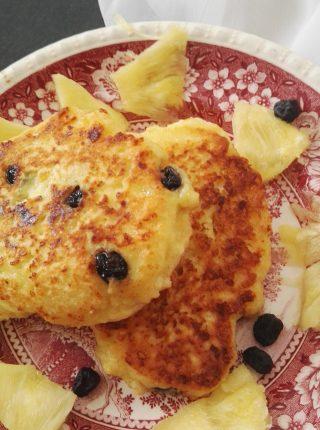 Serniczki z patelni z aronią i ananasem