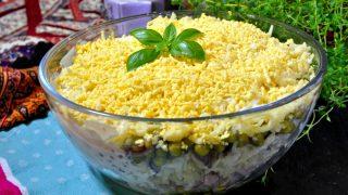 Sałatka warstwowa z szynką i selerem konserwowym