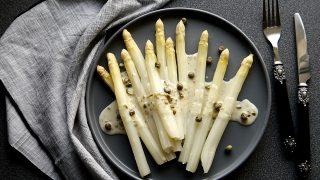 Białe szparagi w sosie kaparowym