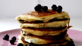 Klasyczne pancakes (pankejki) z jagodami