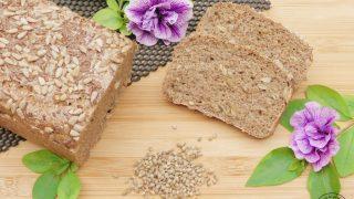 Chleb pszenno-żytni na zakwasie z nasionami konopi