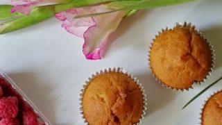 Jogurtowe muffiny z malinami i białą czekoladą