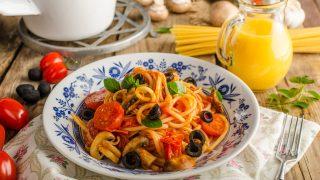 Makaron z pomidorkami oliwkami i bazylią