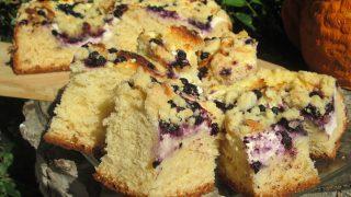 Puszyste ciasto drożdżowe z serem, borówkami i kruszonką