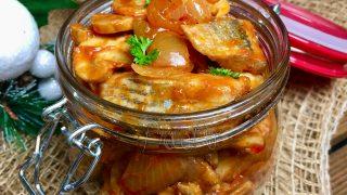 Śledzie z pieczarkami i cebulą w pomidorach