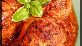 Pulpety z kaszą zapiekane w sosie pomidorowym