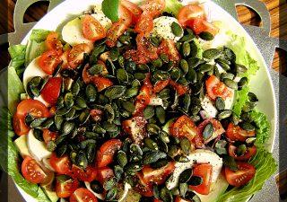 Sałatka z awokado i pomidorkami koktajlowymi