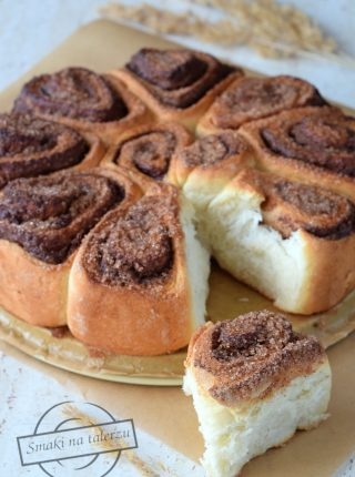 Drożdżowe bułeczki do odrywania z kremem orzechowo-czekoladowym i cynamonem