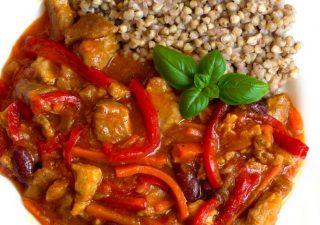 Gulasz z karkówki z cebulą, papryką, marchewką i czerwoną fasolą