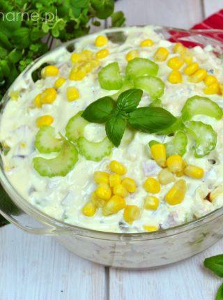 Szybka sałatka z selerem naciowym i kukurydzą