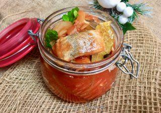 Śledzie w sosie pomidorowym z cebulą