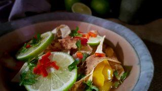 Meksykańska zupa z kurczakiem, limonką i tostowaną tortillą - Sope de lima
