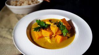 Słodki ziemniak w curry z kurczaka