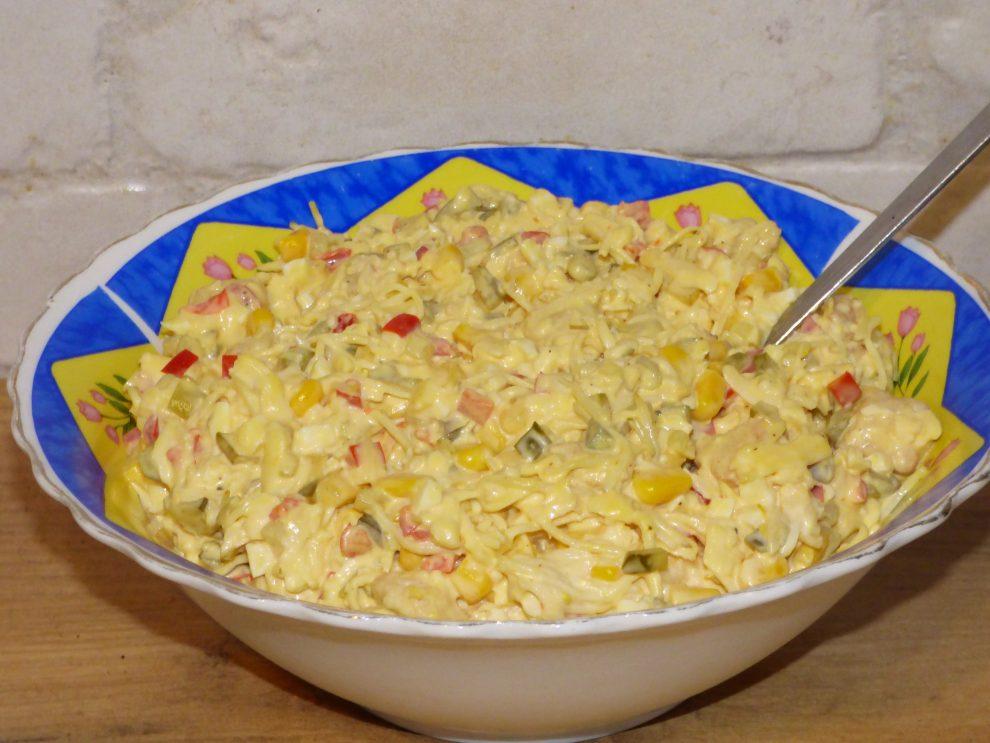 Sałatka z selera konserwowego, kurczaka i sera żółtego