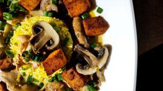 Rosół z egzotycznymi grzybami i smażonym tofu w Tajskim stylu