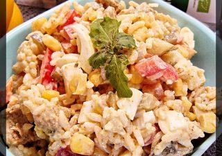 Sałatka z kurczakiem, jajkiem i warzywami