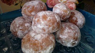 Pączki drożdżowe na kefirze, z marmoladą i cukrem pudrem